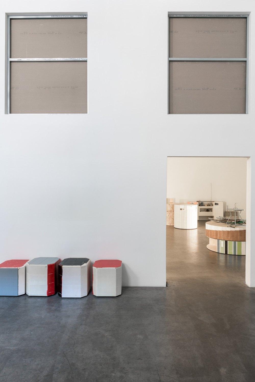 Installation view, Manfred Pernice,>accrochage<, Galerie Neu, Berlin 2021