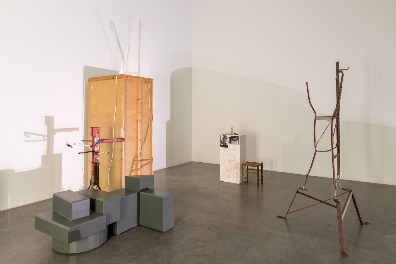 Installation view, Manfred Pernice,>accrochage<,Galerie Neu, Berlin 2021