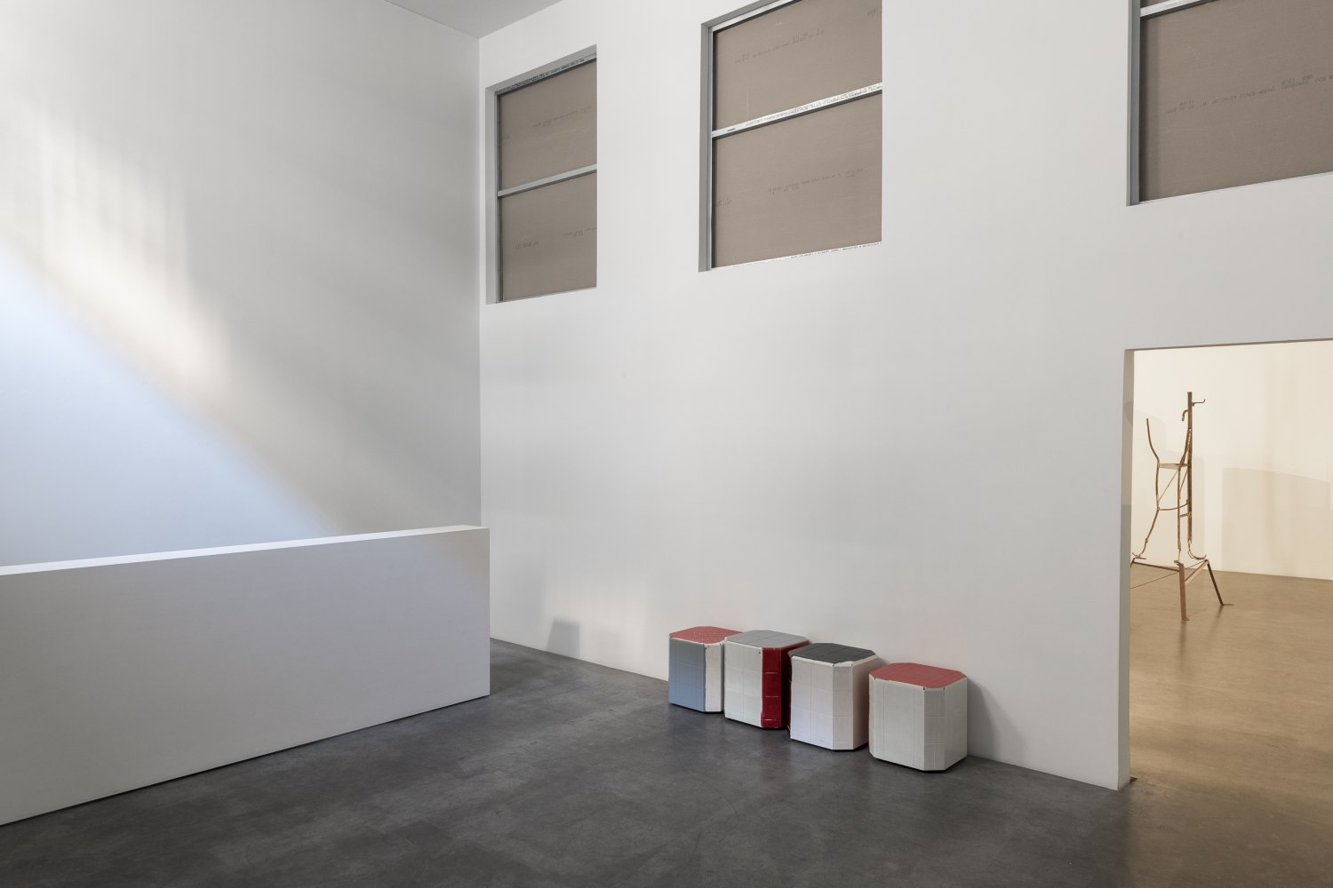 Installation view, Manfred Pernice,>accrochage