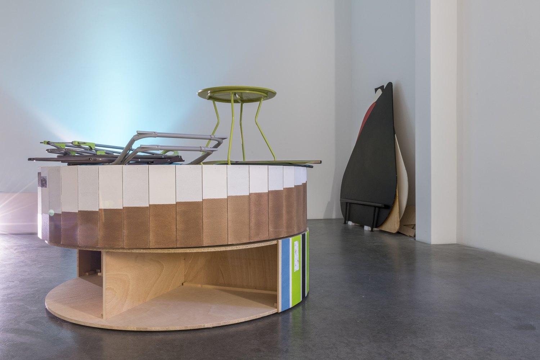 Installation view, Manfred Pernice, >accrochage<, Galerie Neu, Berlin, 2021