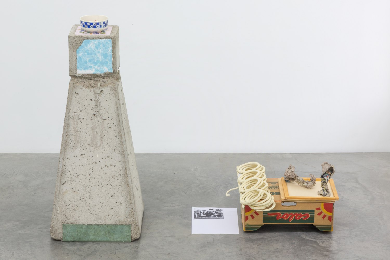 Manfred Pernice mit Martin Städeli Abbruch (d. Bez.), 2005-2015    Concrete, tiles, one bowl, snack mix, cardboard case, 1 bottle holder, 2 jigsaw puzzle borders, 2 papier-mache objects, 1 synthetic butterfly, 1 paper copy,  97 × 125 × 47 cm, dimensions variabel